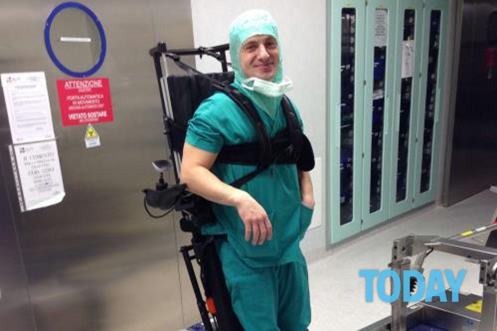 Medico chirurgo paralizzato in piedi grazie alla carrozzina verticalizzabile