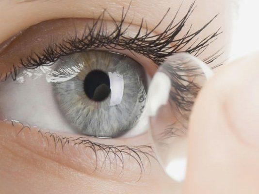 Presentate le prime lenti a contatto con tecnologia Transitions