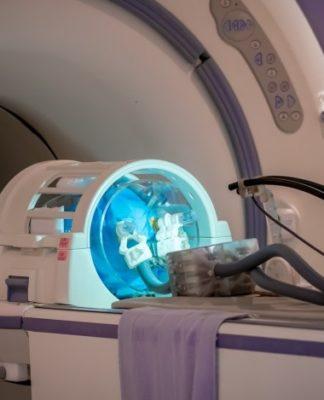 Neurochirurgia: ecco il primo robot che può operare all'interno dello scanner MRI