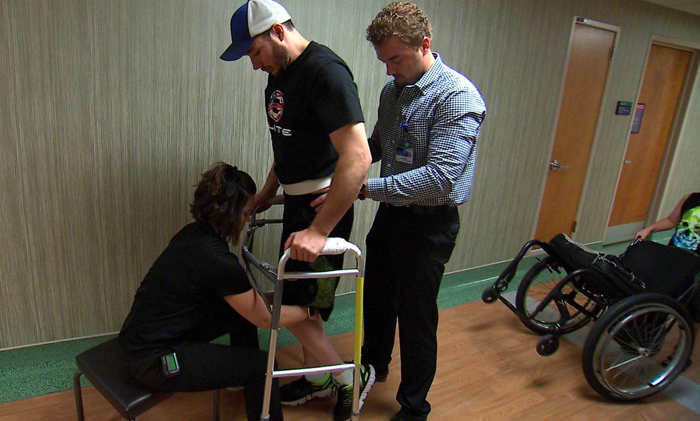 paralizzato torna a camminare grazie all'impianto di un elettrodo nella sua spina dorsale
