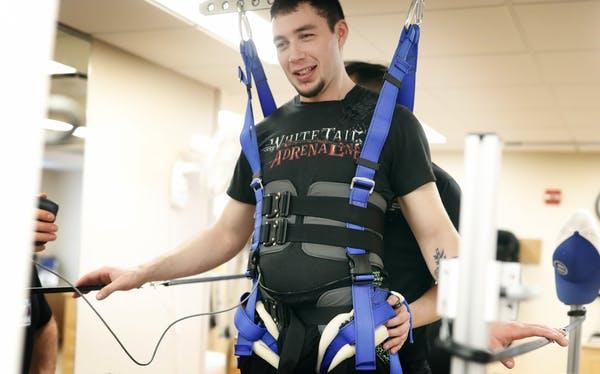 paralizzato cammina grazie all'impianto di un elettrodo