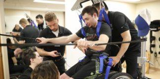 paralizzato cammina grazie all'impianto di un elettrodo nella spina dorsale