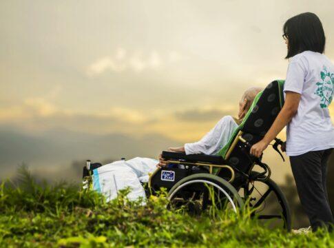 Assistenza anziani a domicilio, tanti servizi in un unico posto