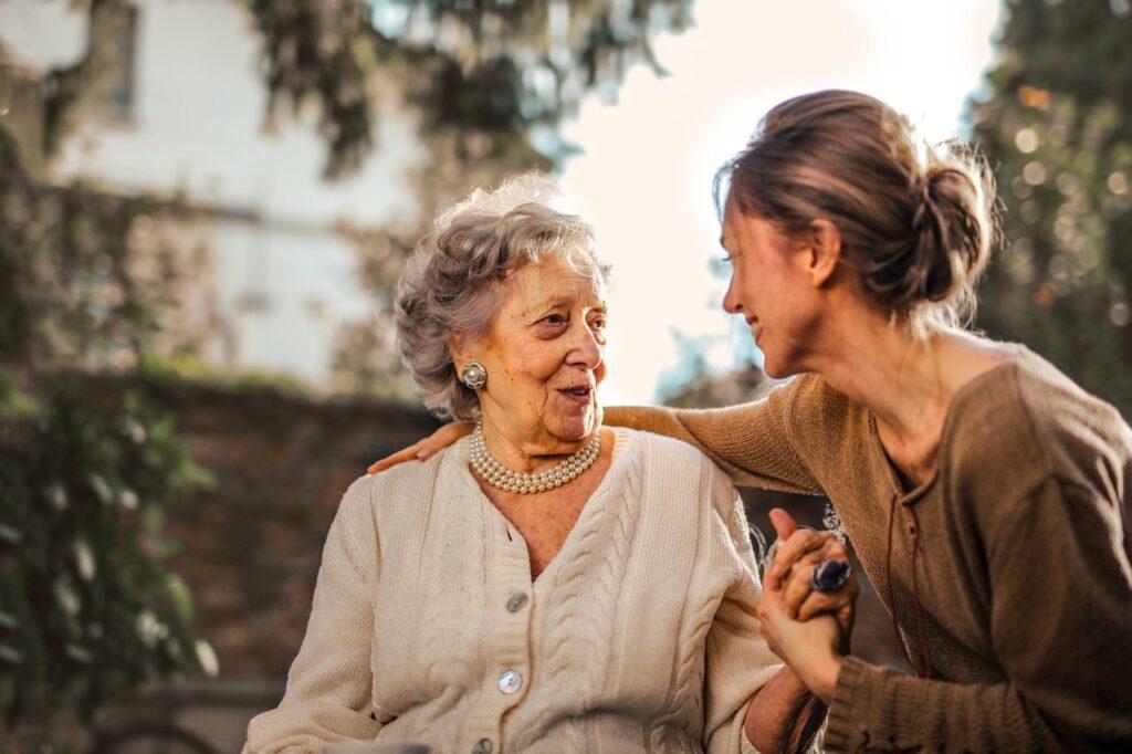 Assistenza anziani a domicilio, tanti servizi in un unico portale