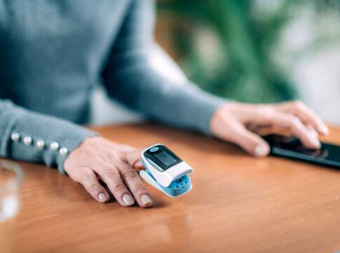 saturimetro covid come funziona valori led dito sangue ossigeno pulsossimetro
