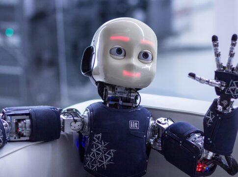 Il robot umanoide iCub in clinica per aiutare i bambini con autismo. Credits: IIT
