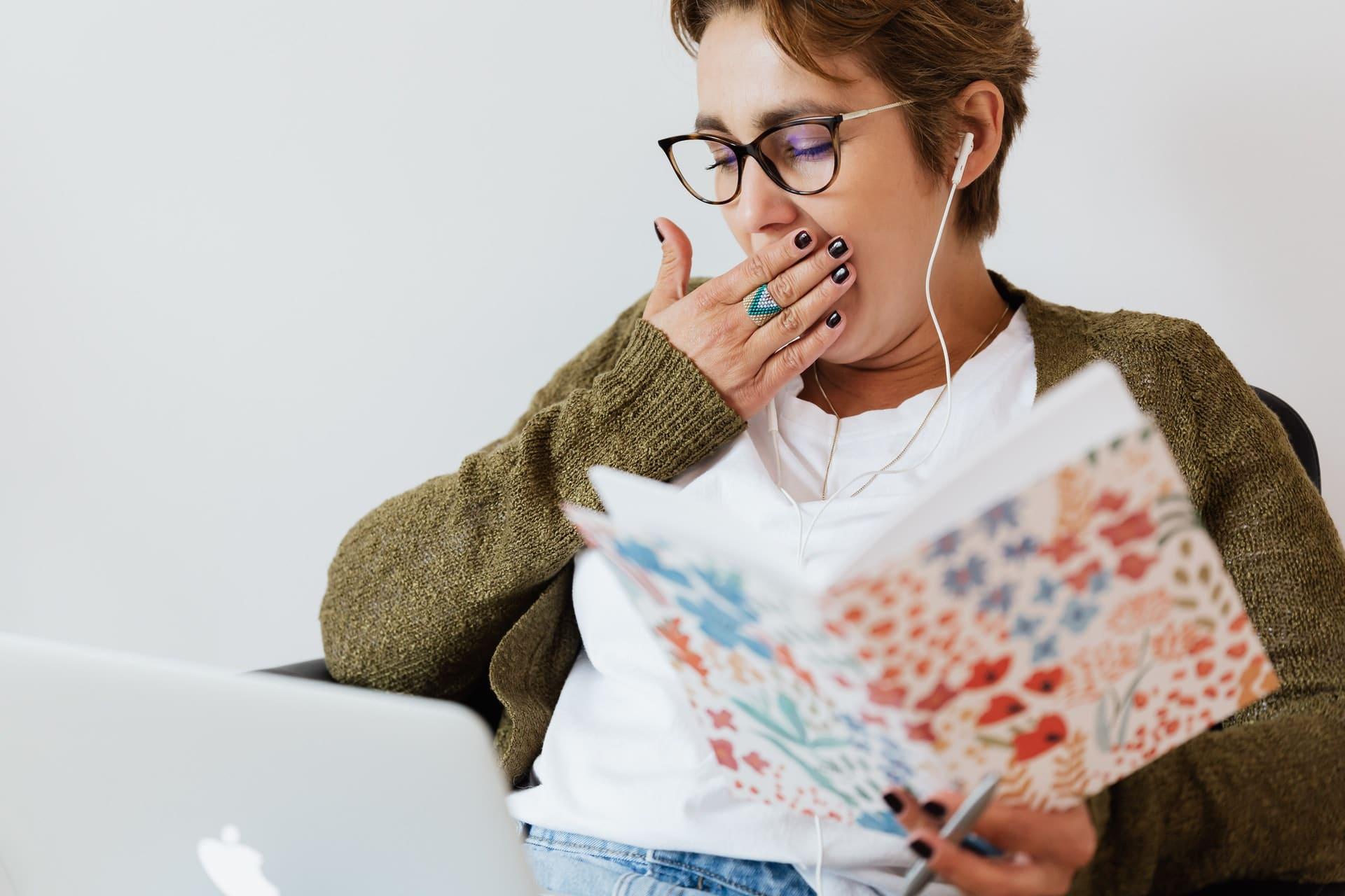 Perché ci sentiamo assonnati dopo pranzo? Consigli e falsi miti